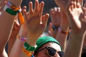 Estudos revelam que pulseiras de festivais são perigosas-revista-backstages