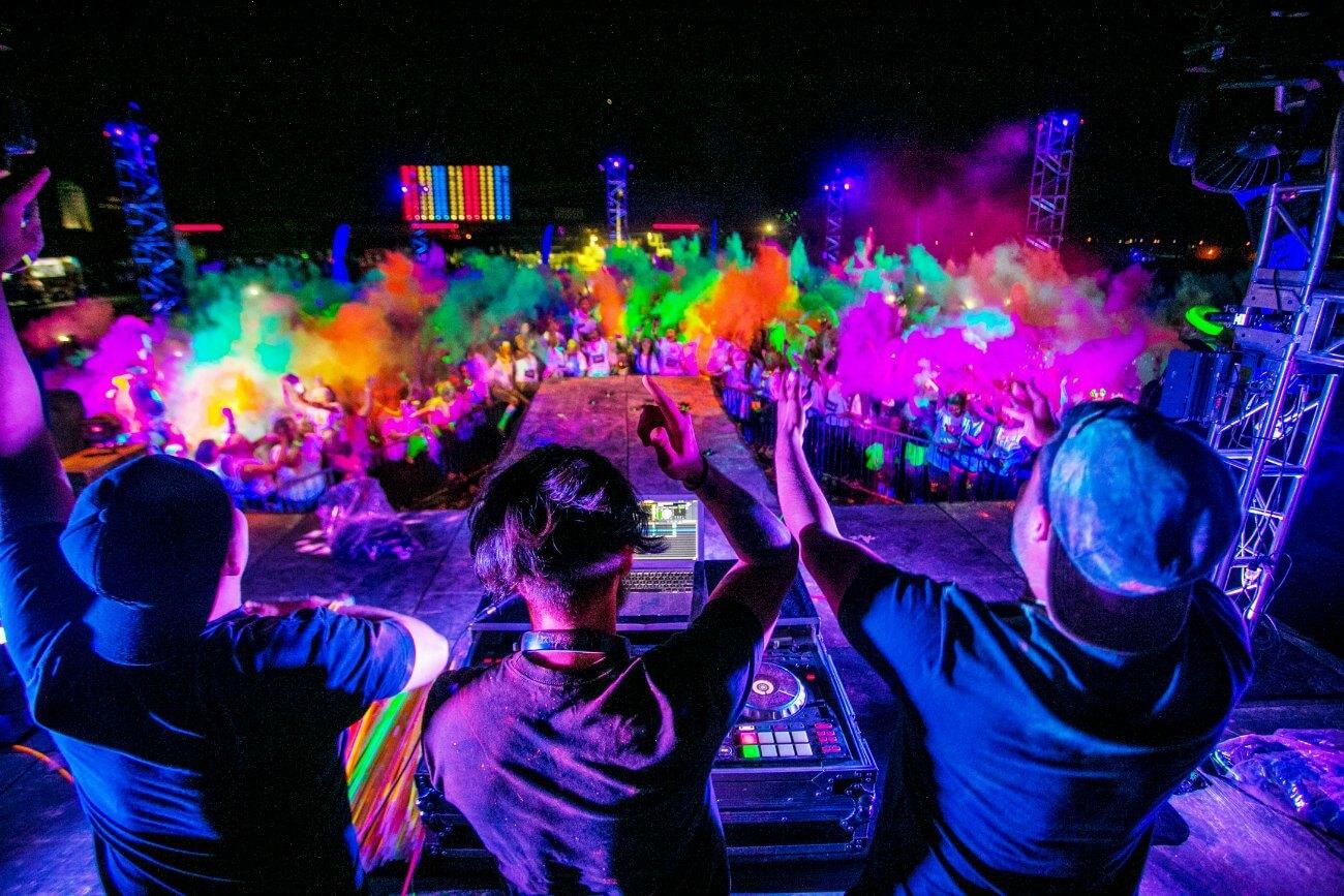 backstages-com-br-festival-une-música-eletrônica-e-muito-neon
